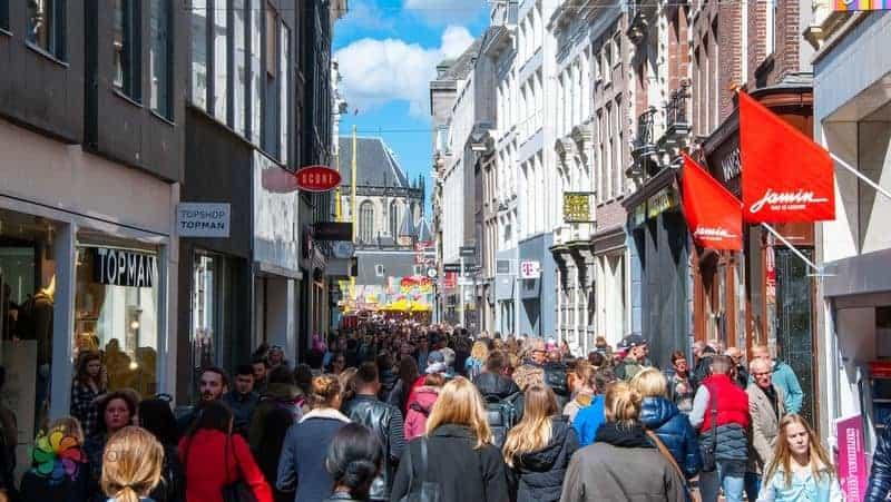 Amsterdam tatili Kalverstraat alışveriş caddesi